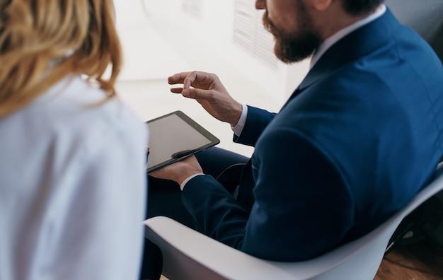 ビジネスの男性と女性の仕事の同僚タブレット技術は専門的に働きます