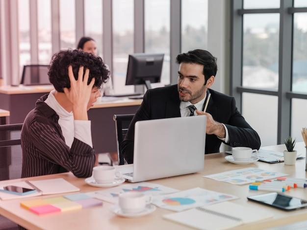 Деловой человек обвиняет и советует партнеру по поводу серьезной ошибки на рабочем месте, партнера испытывает стресс, срыв деловой сделки, расторжение соглашения, разрыв контракта, проблемы с работой
