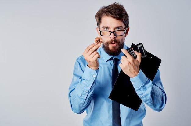 Деловой человек синяя рубашка финансы криптовалюта электронные деньги инвестиции