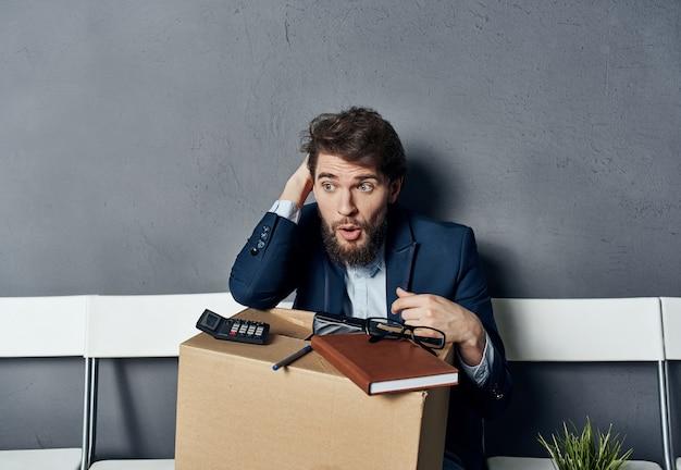 비즈니스 남자 박스 오피스 물건 작업의 자에 앉아.