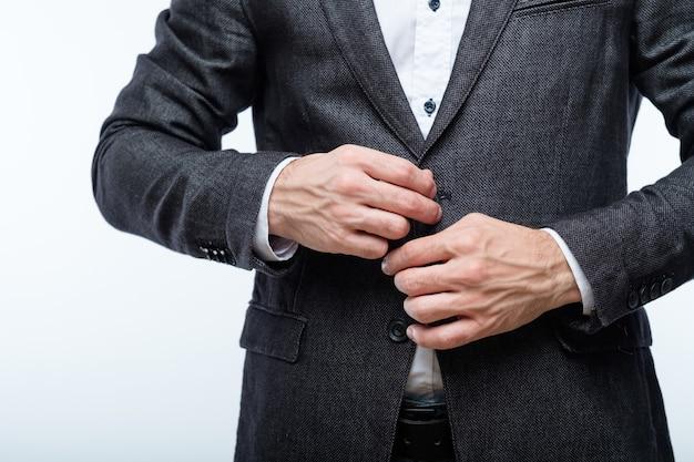 Деловой человек застегивает пиджак. стиль и корпоративная мода.