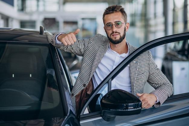 Деловой человек выбирает автомобиль в автосалоне
