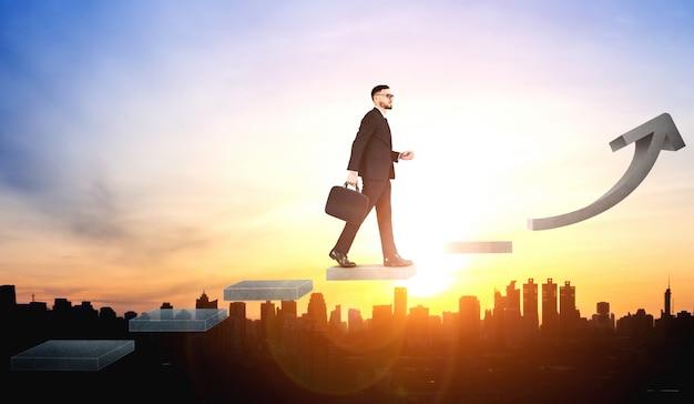 Деловой человек, поднимающийся по лестнице к успеху
