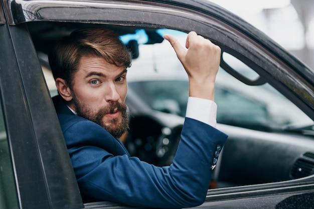 자동차 택시를 타고 운전하는 사업가
