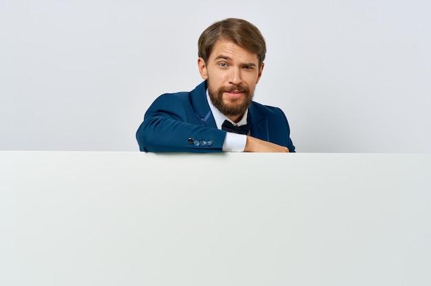 Деловой человек эмоция презентация белый мокап плакат рекламный руководитель