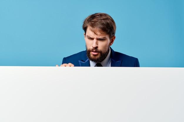 ビジネスマン感情プレゼンテーションモックアップ青い壁白いバナー。