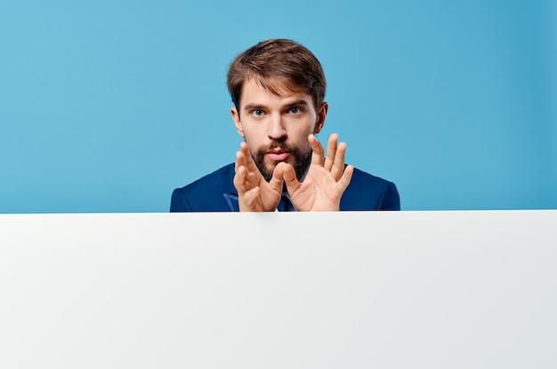 Деловой человек эмоции презентации макет синяя стена белый баннер.