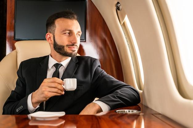 개인 제트기에 비행하는 사업가