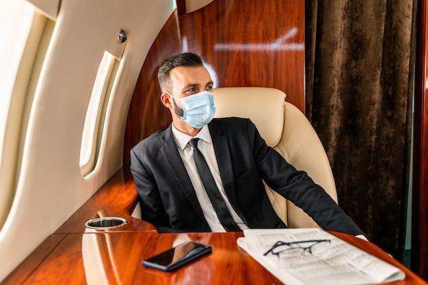 Деловой человек летит на частном самолете