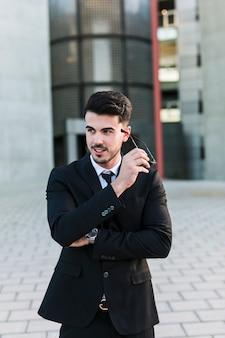 Uomo d'affari di fronte all'edificio per uffici