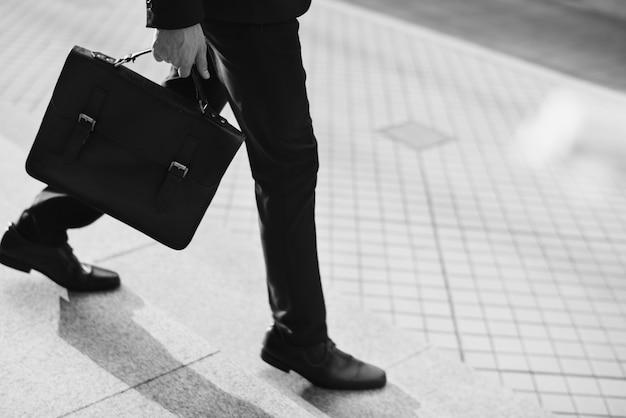 Uomo d'affari andando per una riunione