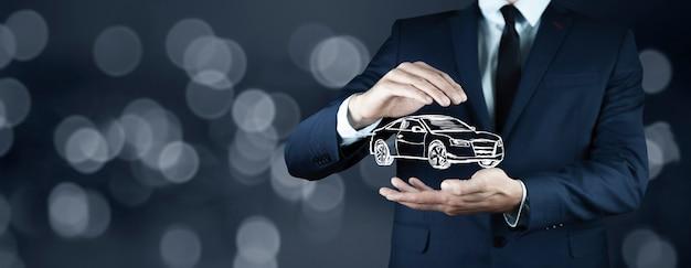 Деловой человек рука модель автомобиля на экране