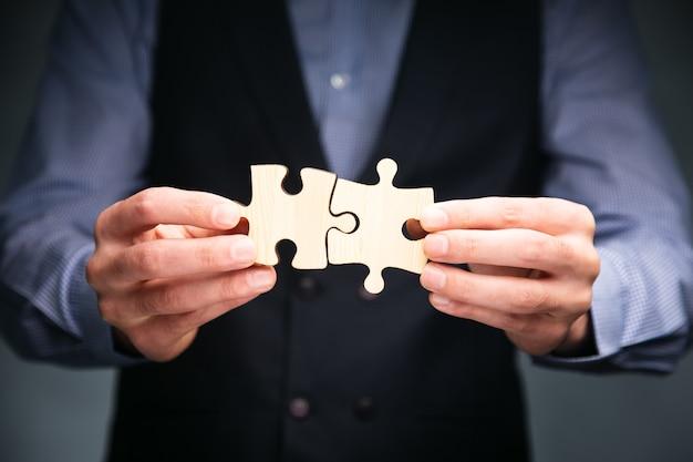 비즈니스 맨 손을 연결 퍼즐 조각