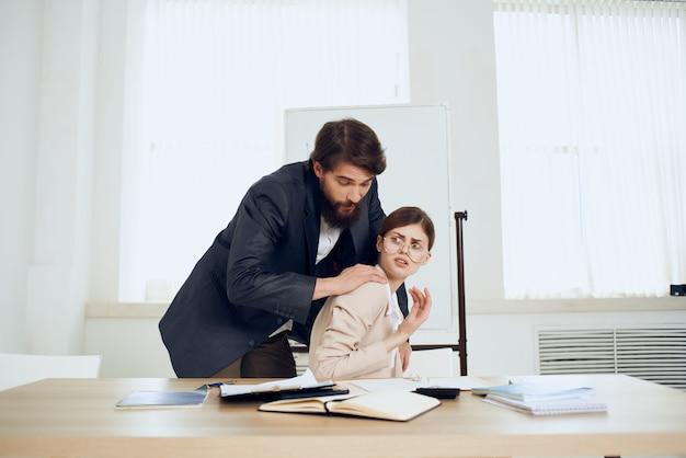Деловой человек преследует работу коллега домогательства расстройство работы. фото высокого качества