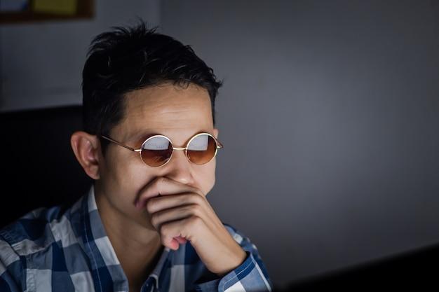 Деловой человек, имеющий серьезные и созерцательные после просмотра сводной диаграммы отчета компании