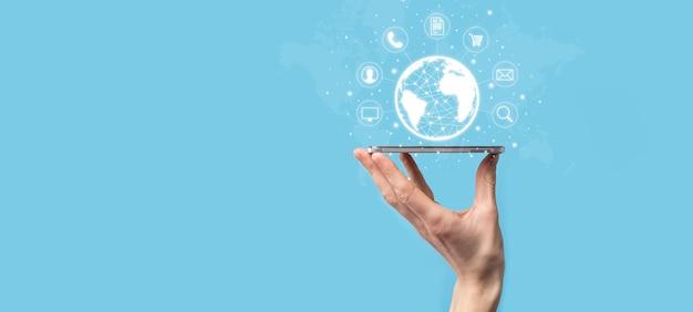 비즈니스 남자 hiold, 사용, 커뮤니티 기술 디지털의 infographic 아이콘을 누릅니다. 하이테크 및 빅 데이터의 개념입니다. 글로벌 연결.iot 사물 인터넷 . ict 정보통신망 .