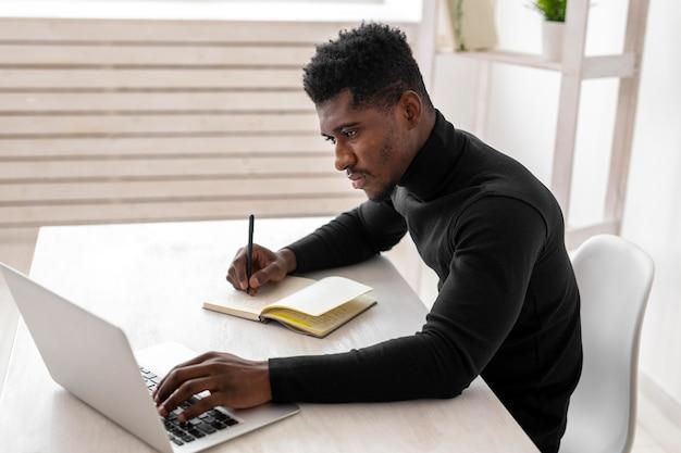 Uomo d'affari nel suo ufficio essendo occupato