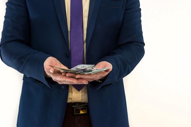 ビジネスマンはお金を保持し、数えます
