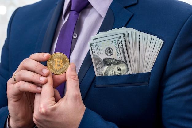 ビジネスマンは手にドルとビットコインを保持します