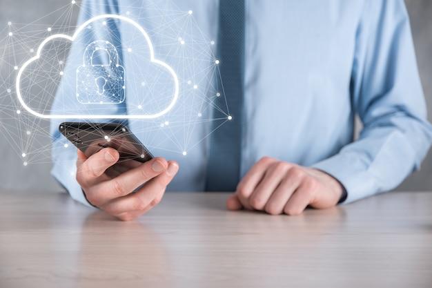 Деловой человек держит, держа данные облачных вычислений и безопасность в глобальной сети, значок замка и облака. технологии бизнеса. кибербезопасность и защита информации или сети. интернет-проект.