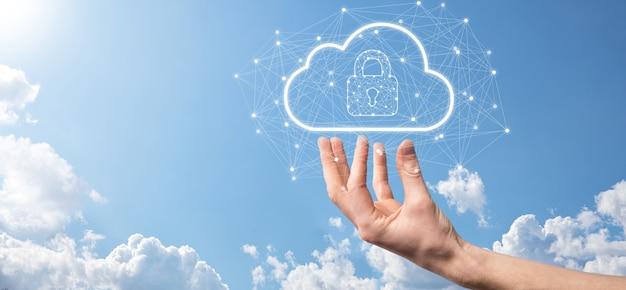 ビジネスマンは、グローバルネットワーキング、南京錠、クラウドアイコンでクラウドコンピューティングデータとセキュリティを保持します。ビジネスのテクノロジー。サイバーセキュリティと情報またはネットワーク保護。インターネットプロジェクト