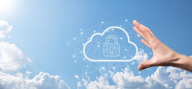 ビジネスマンは、グローバルネットワーキング、南京錠、クラウドアイコンでクラウドコンピューティングデータとセキュリティを保持します。ビジネスのテクノロジー。サイバーセキュリティと情報またはネットワーク保護。インターネットプロジェクト。