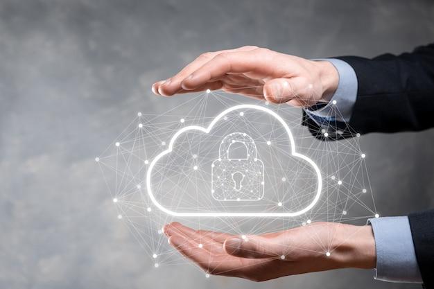 사업가는 글로벌 네트워킹, 자물쇠 및 클라우드 아이콘에서 클라우드 컴퓨팅 데이터와 보안을 보유하고 있습니다. 비즈니스 기술. 사이버 보안 및 정보 또는 네트워크 보호.인터넷 프로젝트.