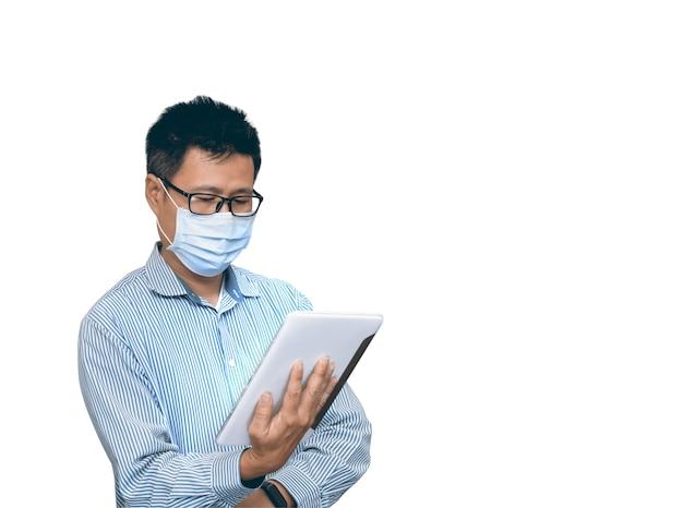 Деловой человек держит планшет, делает приятный бизнес или неформальный звонок на изолированном фоне