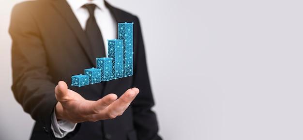 3d 그래프를 들고 있는 사업가는 낮은 다각형 및 주식 시장 통계를 통해 이익을 얻습니다. 성장 계획, 비즈니스 전략의 개념입니다. 경제 성장 개념입니다. 비즈니스 전략입니다. 디지털 마케팅.