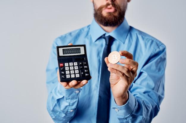 電卓暗号通貨ビットコイン電子財布の仕事を保持しているビジネスマン
