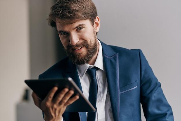 タブレットのプロのエグゼクティブマネージャーを保持しているビジネスマン