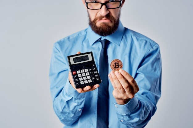 電卓電子マネーファイナンスブロックチェーンを保持しているビジネスマン