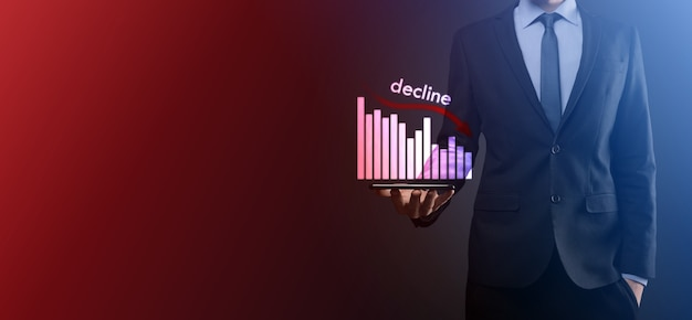ホログラフィック グラフと株を持つビジネスマン。ビジネス統計。キャリア、お金、成功のコンセプト。回帰、危機。ビジネスと金融危機の概念