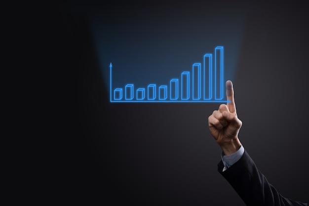 ホログラフィック グラフと株式市場の統計を保持しているビジネスマンは、利益を得る。成長計画と事業戦略の概念。経済的なフォームのデジタル画面の表示。