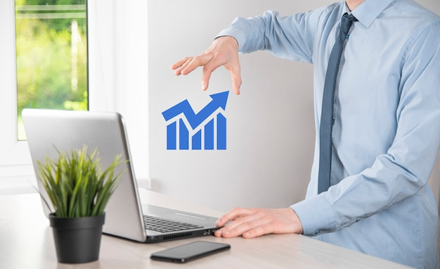 홀로그램 그래프와 주식 시장 통계를 들고 있는 사업가는 이익을 얻습니다. 성장의 개념