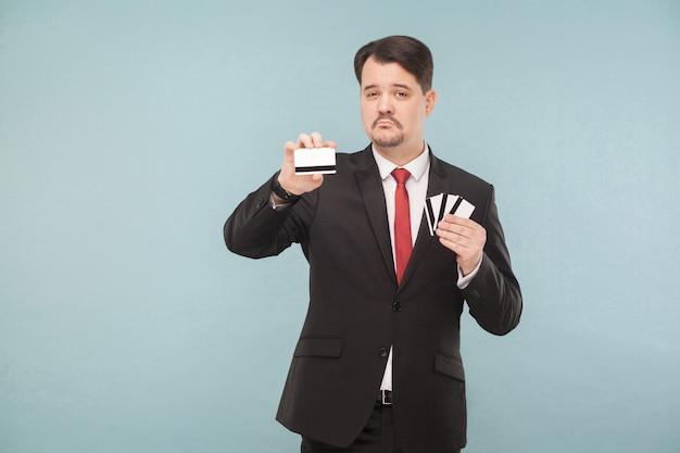 多くのカードを保持しているビジネスマン