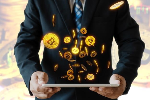 ビットコインでスマートデバイスを保持しているビジネスマン