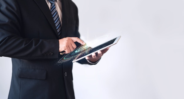 画面に視覚的なhudとスマートデバイスを保持しているビジネスマン