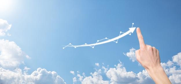 태블릿을 들고 홀로그램 그래프와 주식 시장 통계를 보여주는 사업가는 이익을 얻습니다. 성장 계획 및 비즈니스 전략의 개념입니다. 좋은 경제 형태의 디지털 화면의 표시.