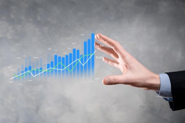태블릿을 들고 홀로그램 그래프와 주식 시장 통계를 보여주는 사업가 이익을 얻습니다. 성장 계획 및 비즈니스 전략의 개념. 경제성이 좋은 디지털 화면을 표시합니다.