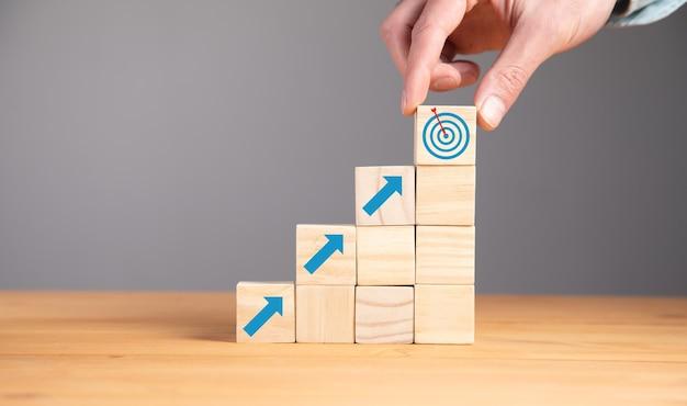 큐브에 목표 또는 목표를 잡고 사업가
