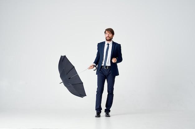 Деловой человек, держащий зонтик, элегантный стиль, уверенная погода