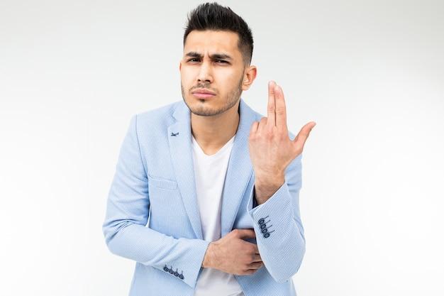 青い古典的なジャケットを着たビジネスマンは、コピースペースのある白い背景で考えるふりをします。