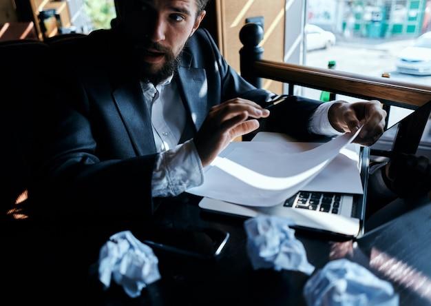カフェで働くビジネスマン