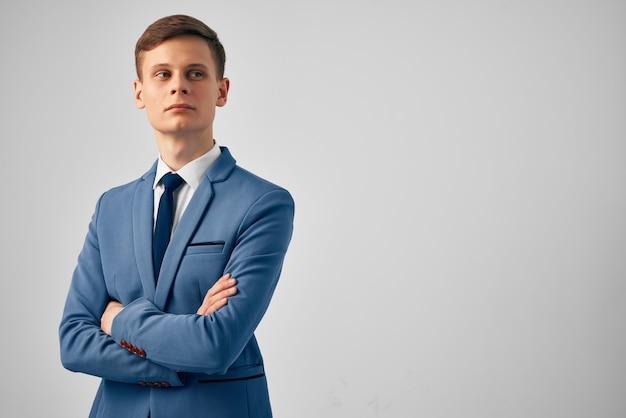 マネージャーのオフィスの公式の明るい背景のスーツのビジネスマン。高品質の写真