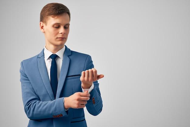 スーツを着たビジネスマンが彼の前に手を置いて自信を持ってプロの仕事をする
