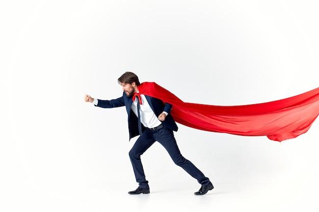 スーツの赤いレインコートの仕事でビジネスマンは生き方です