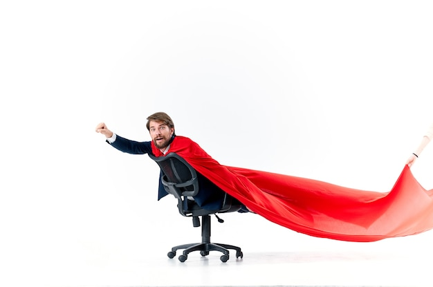 スーツを着たビジネスマンが赤いマントのスーパーヒーローマネージャーと一緒に椅子に乗る