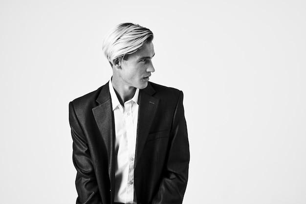 Деловой человек в костюме самоуверенности черно-белое фото элегантный стиль