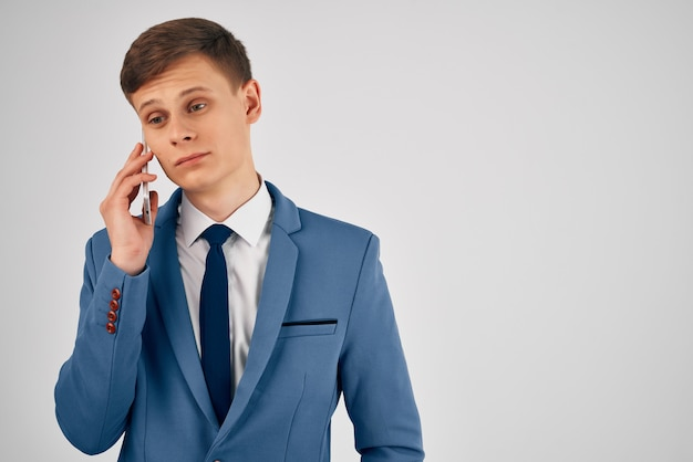 電話事務所の職員と話しているスーツのビジネスマン